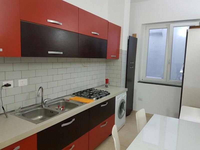 2 camere con bagno piccolo e angolo cottura