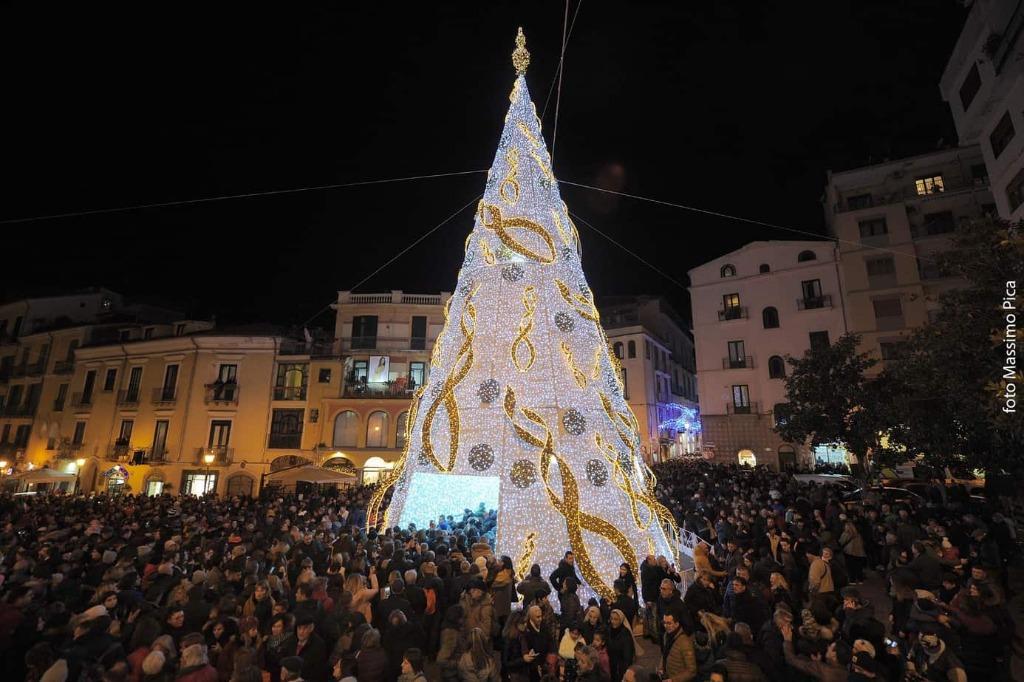 Pronto il maxi albero in piazza Portanova a Salerno. Tutte le novità