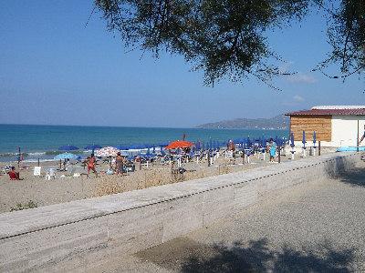 Malore in spiaggia. Turista muore ad Ascea