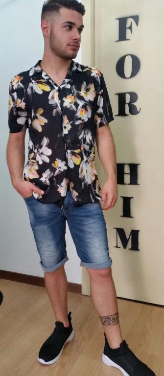 Camicia floreale euro19,00 Bermuda  jeans euro 15,00 Scarpe euro 20,00.
