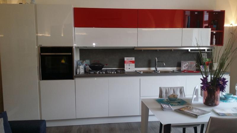 Cucina BERLONI mod.b50 in finitura laccata bianca e riporti rosso fuoco completa di elettrodomestici ...top fenix