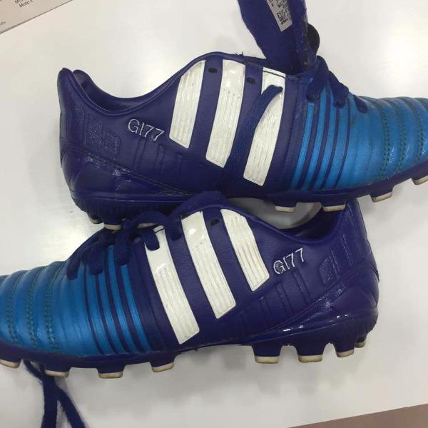 Ricamo su scarpetta da calcio