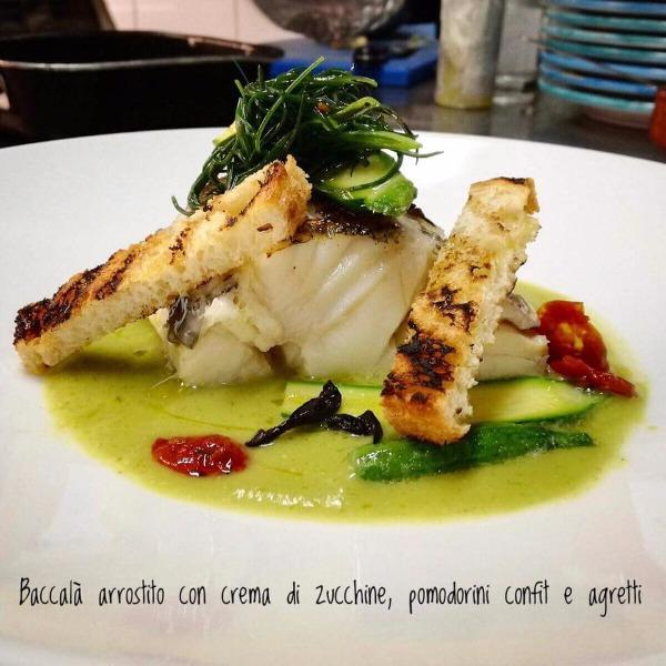 Baccalà arrostito con crema di zucchine, pomodorini confit e agretti