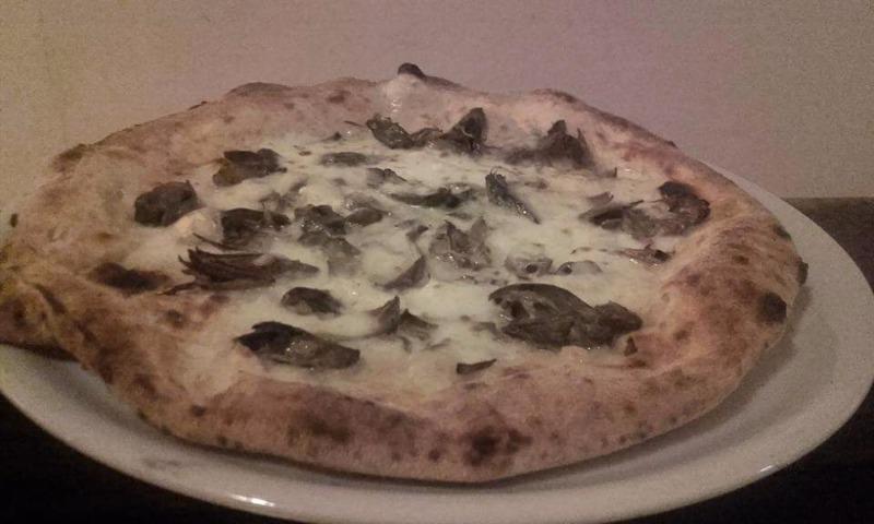 Pizza con carciofino di Paestum, mozzarella, provola affumicata e olio extra vergine d'oliva