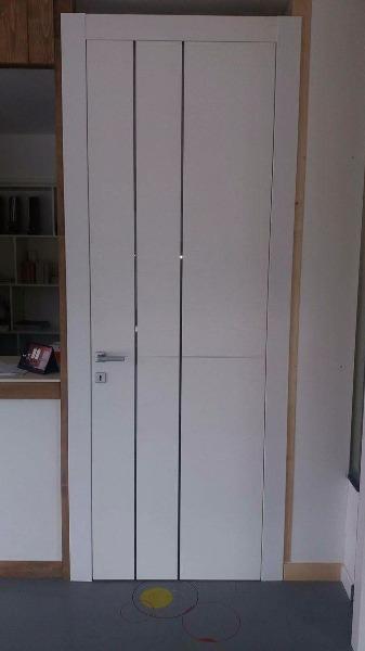 Porta interna in legno decorato bianco frassino con vetri verticali