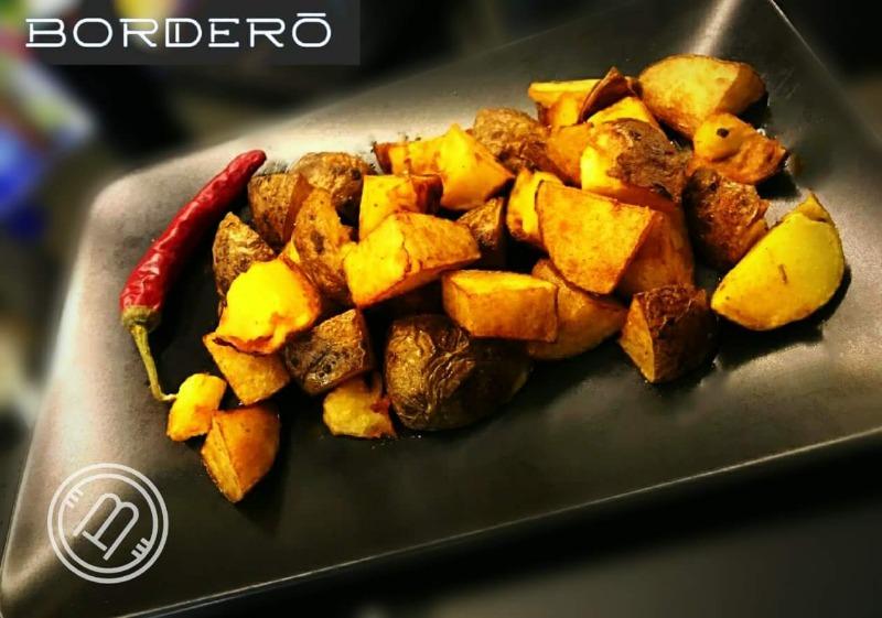 Spicy bravas. Tocchetti di patate con la buccia, fritti e conditi con peperoncino e paprika piccante