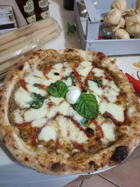 Pizza con crema di melanzane e salame piccante