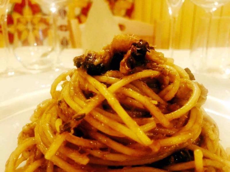 Spaghetti al baccalà con pesto cetarese e sale nero di Cipro