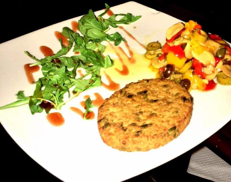 Hamburger vegano con contorno di verdure alla zingara