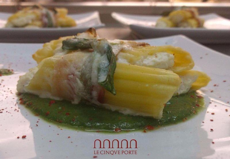 Pennone rigato del pastificio Vicidomini ripieno di ricotta, mozzarella e salsiccia su vellutata di broccoli