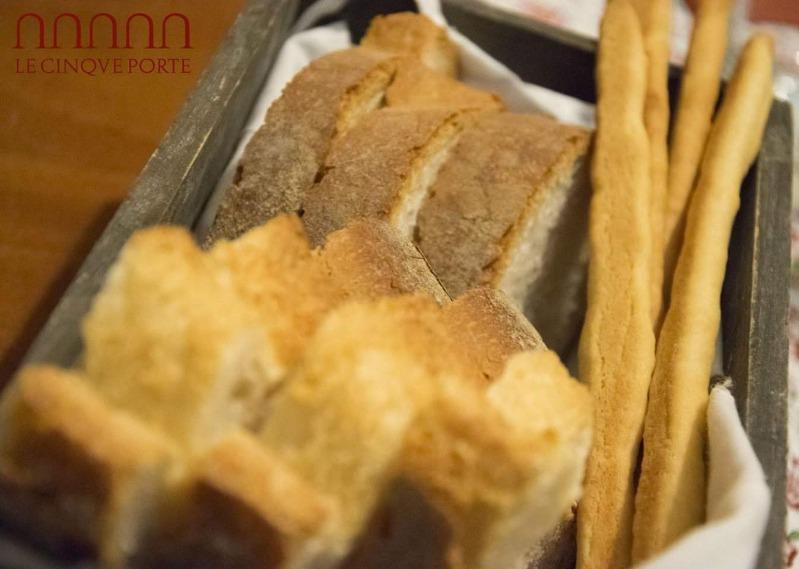 Il nostro cestino con: pane bianco del fornaio, pane con farina di tipo 1 e grissini fatti dallo chef con lievito madre