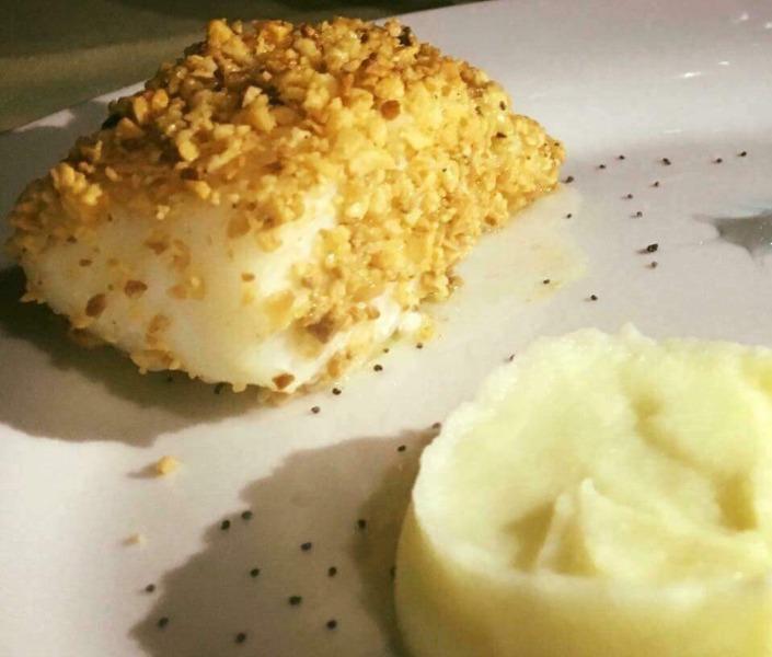 Baccalà al forno in panure di nocciola con crema di patate al limone e semi di papavero