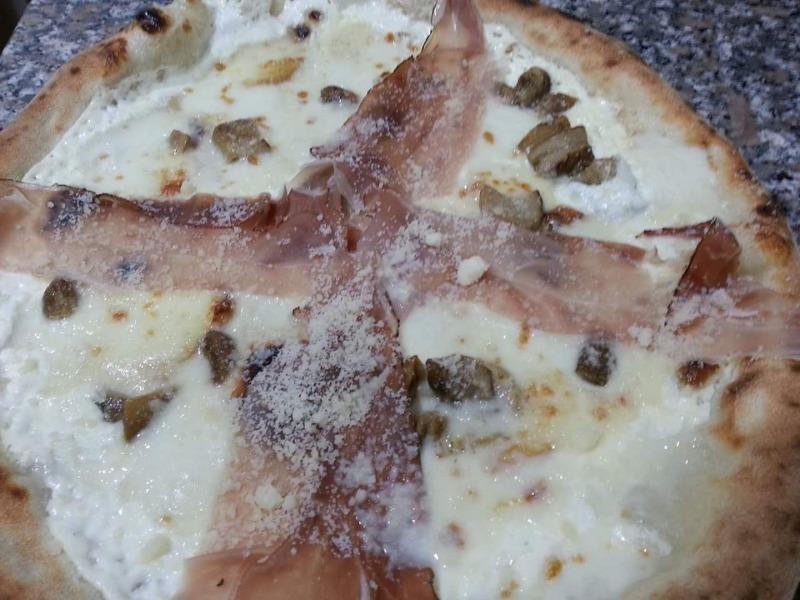 Pizza farcita con la buona mozzarella del Cilento, porcini, speck, panna e parmigiano.