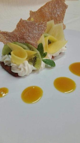 Crostatina al cocco, con mousse al cioccolato bianco,  salsa maracuja e frutti esotici