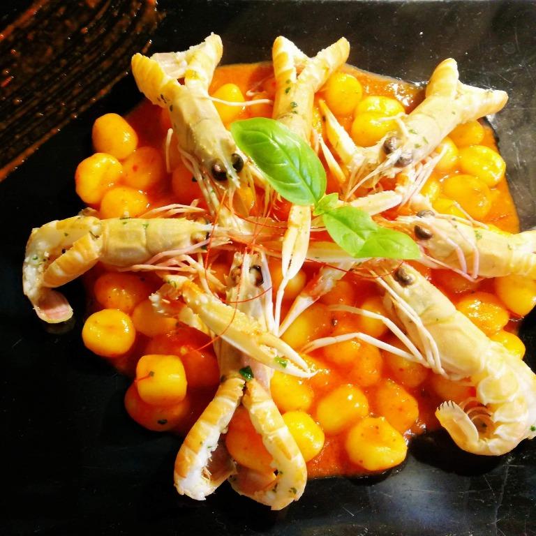 Gnocchetti di patata artigianali con scampi del Mediterraneo e vellutata di peperoni.