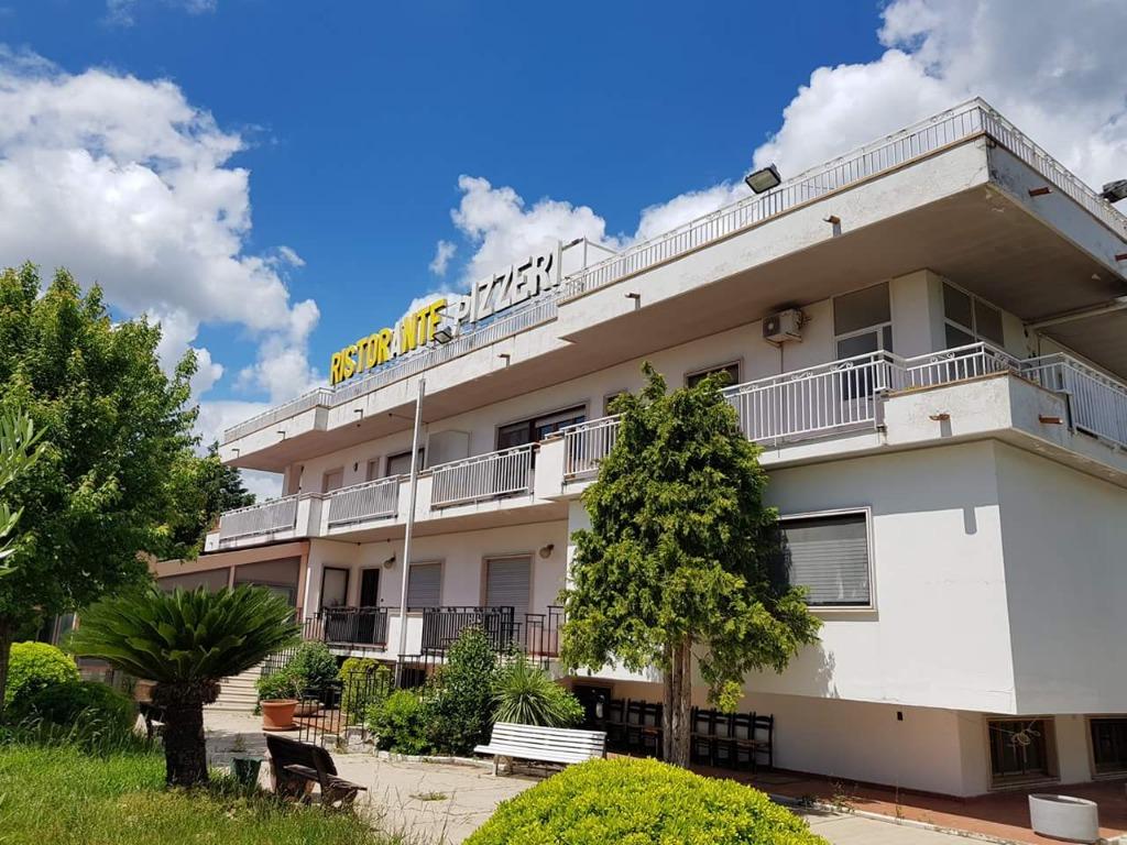 Vendesi a Olevano sul Tusciano Fabbricato indipendente e panoramico strutturato come ristorazione