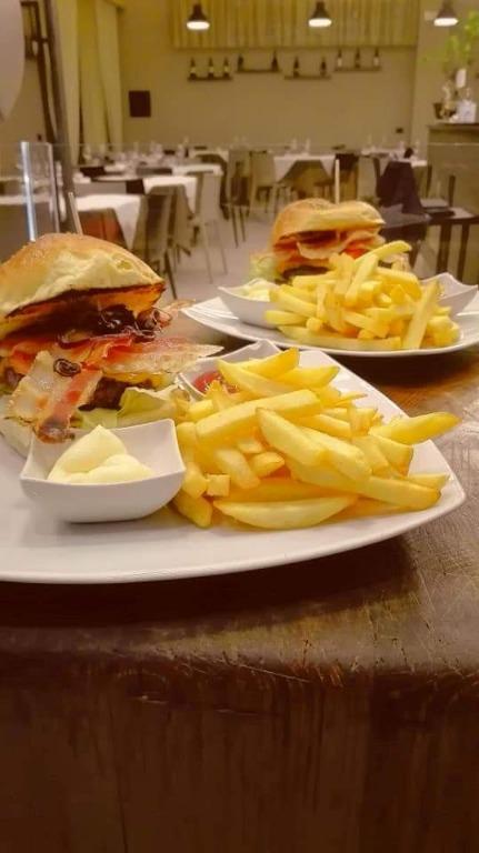PANINO IL CLASSICO: Hamburger 200gr,Bacon, Cheddar, Pomodoro, Cetrioli e cipolla di tropea