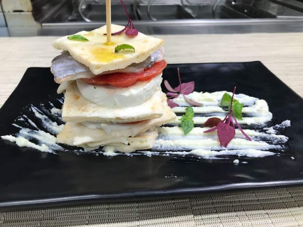 Caprese di Mozzarella di Bufala Campana DOP con Pesce Bandiera su Crema di Stracciata di Bufala