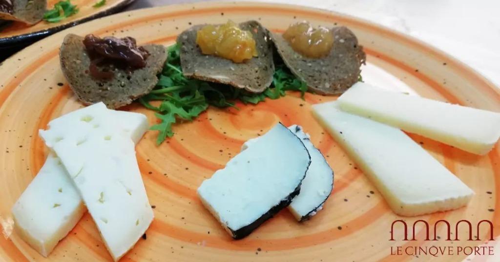 entrée di formaggi campani accompagnati da chips di pane e confetture