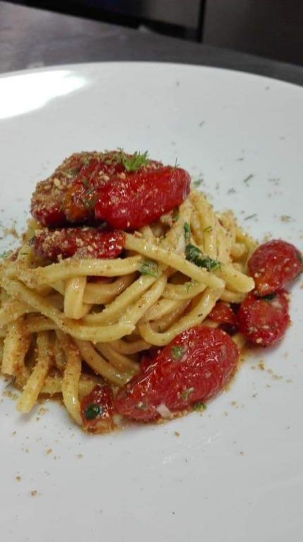 Spaghetti alla chitarra con pomodorini confit, finocchietto, colatura e pane profumato alle nocciole