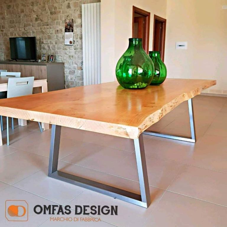 Tavolo in legno massello da 8 cm con piedi in acciaio inox costruito su misura