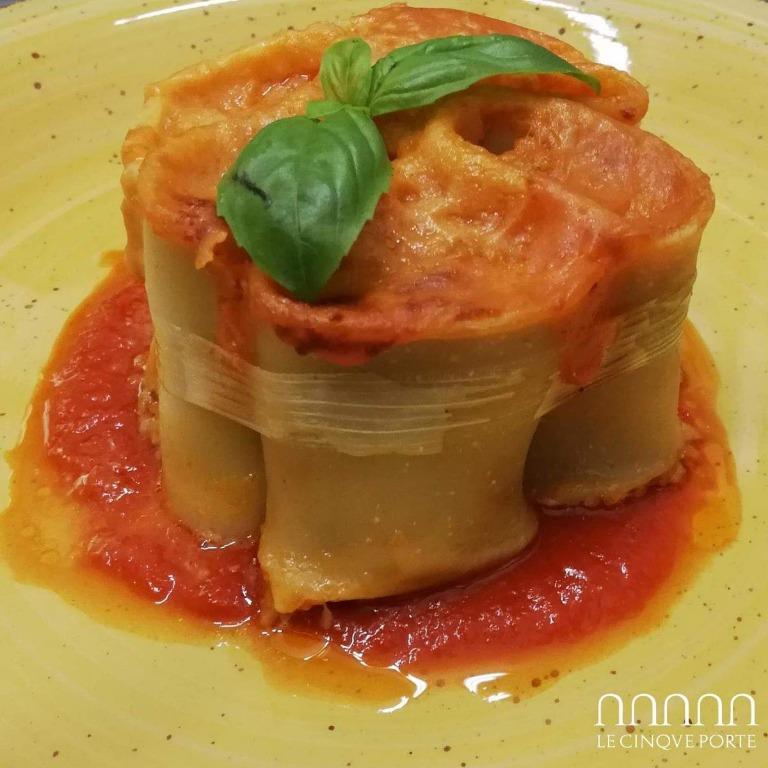 Paccheri ripieni su salsa di pomodoro