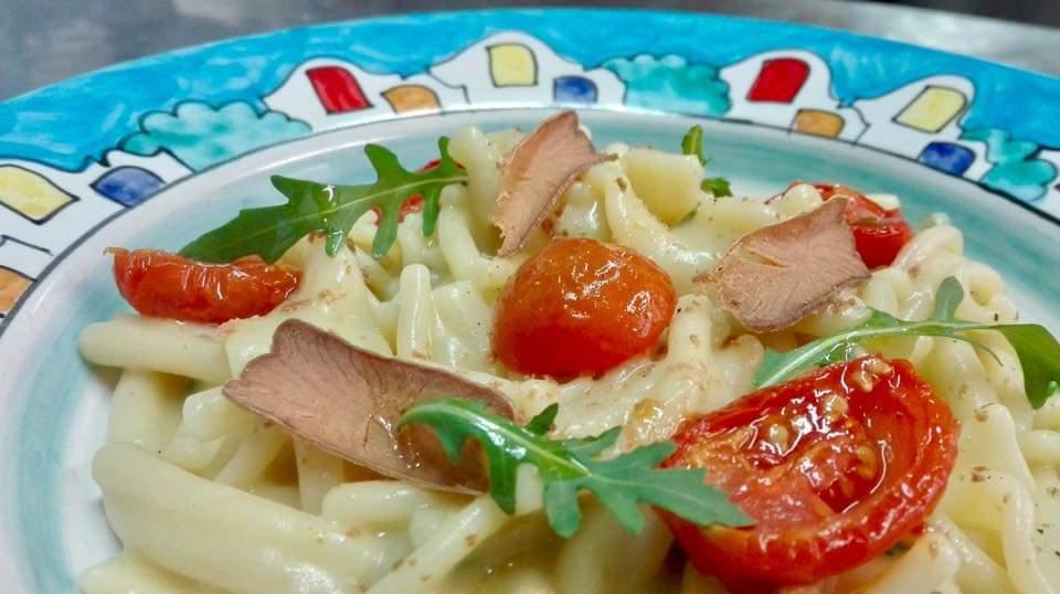 Una buona pasta e fagioli con bottarga di tonno, rucola e pomodorini confit