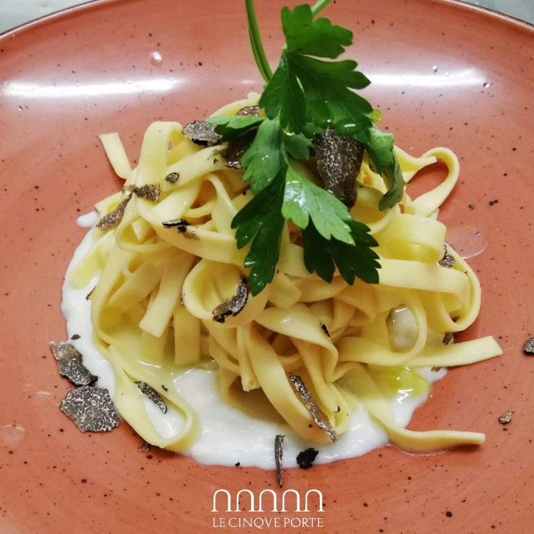 Fettuccine al tartufo su fonduta di parmigiano