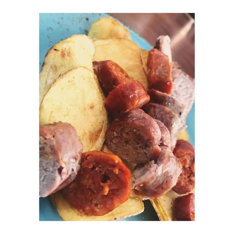 Salsiccia alla brace, dolce e piccante con chips di patate