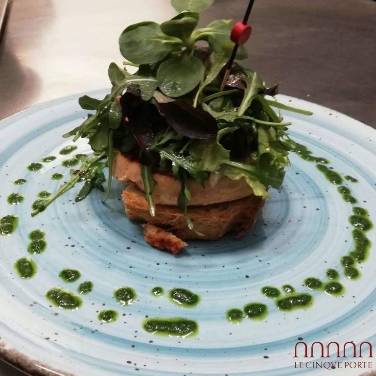 Hamburger di salmone su crostone di pane al pomodoro e misticanza ai semi bio