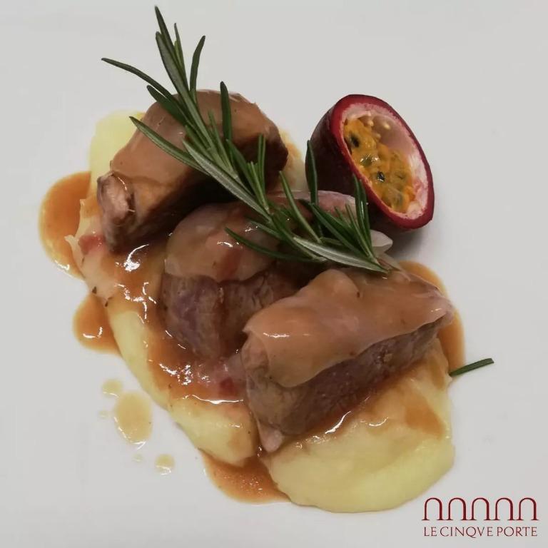 Filetto di maialino nero al lardo con mousse di patate e frutto della passione