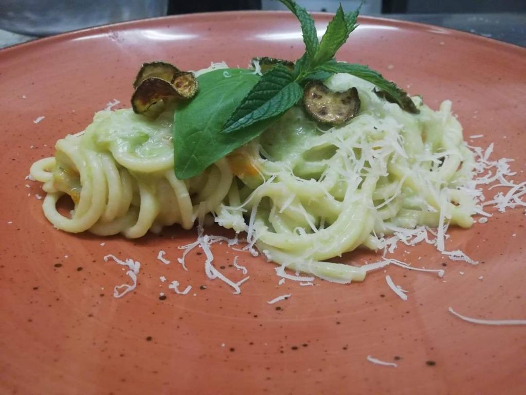 Spaghettone ai fiori di zucca, zucchine e cacio