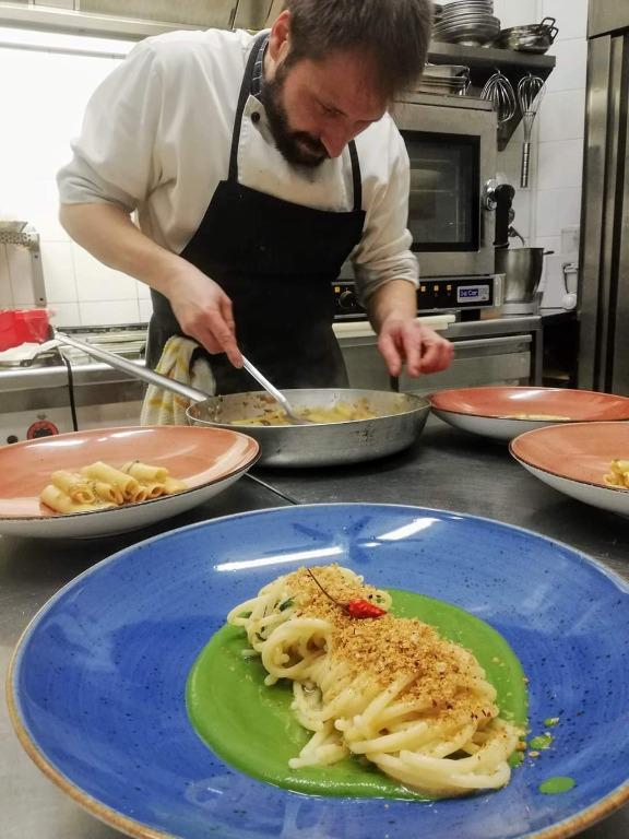 Spaghettoni vicidomini aglio e olio su vellutata di broccoli e pane croccante al peperoncino