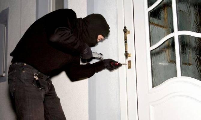 Cava de'Tirreni, sorprende I ladri nella sua abitazione. Donna colpita alla testa