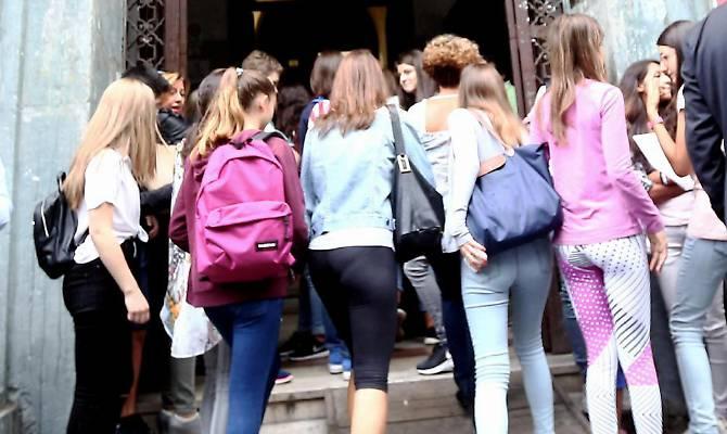 Preside vieta abiti succinti in una scuola di Angri