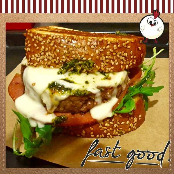Hamburger, insalata, cheddar, mortadella, salsa verde e maionese artigianale