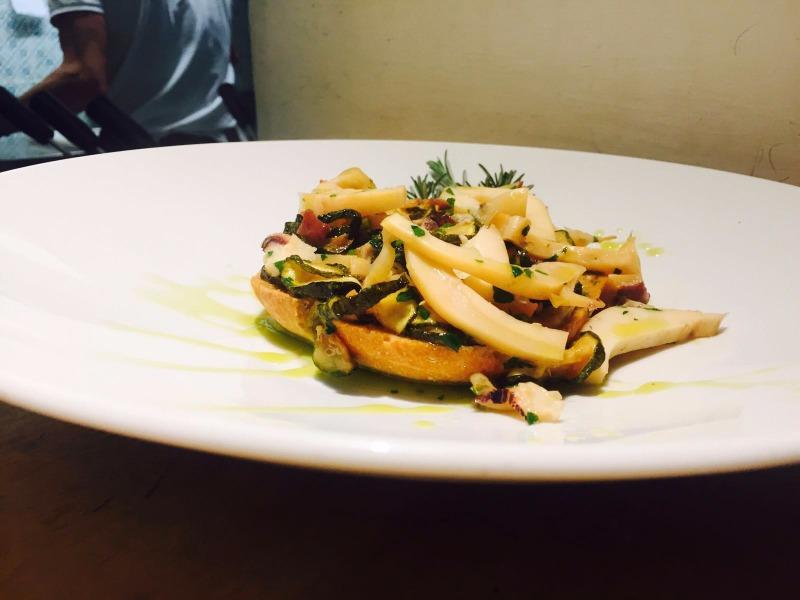 Scapece di seppie e zucchine su una fresella