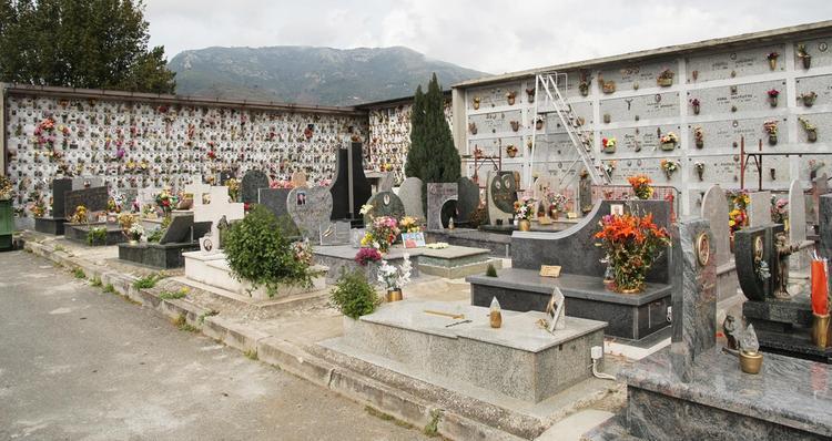 Vandali in azione nel cimitero di Salerno. Danneggiate tombe e lapidi