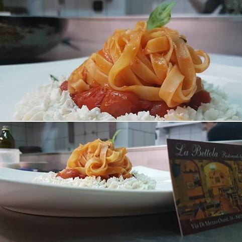 La semplicità dei piatti, tagliatelle con pomodorini e ciuffi di ricotta di pecora