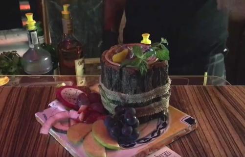Vieni a provare il nostro mojito servito freddo con un sapore particolare dovuto alla alla freschezza della menta combinata al gusto deciso del rum