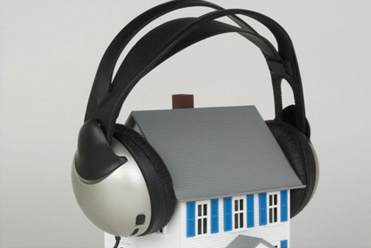 Gli infissi svolgono un ruolo importante anche per quanto riguarda l'isolamento acustico... vi spiegamo perchè