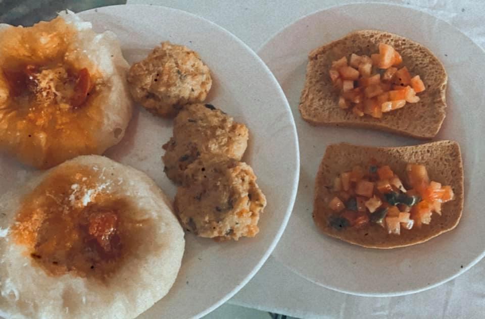Montanara con datterino e parmigiano, polpetta di salmone e bruschette con pomodorini