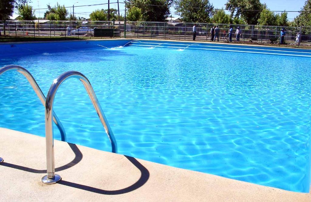 Si ferma il cuore dopo un tuffo in piscina. Giovane salvato in extremis