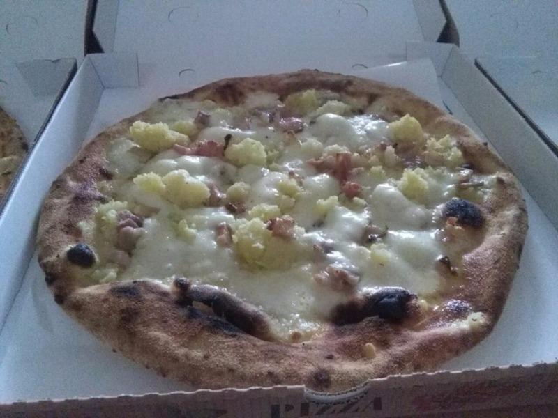 Pizza la Provolona con patate, pancetta e provola