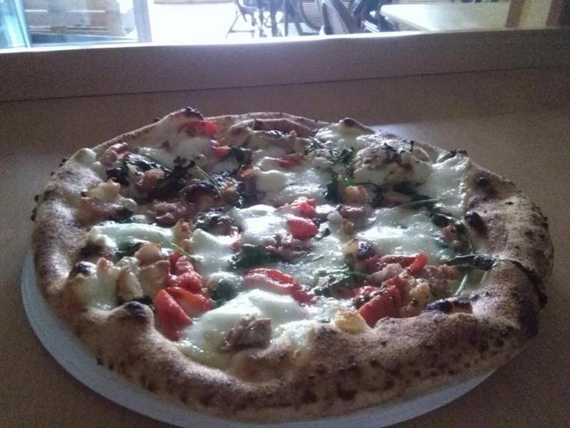 Pizza o Miracolo con pomodorini datterini, basilico, pancetta, olio d aglio, parmigiano e mozzarella
