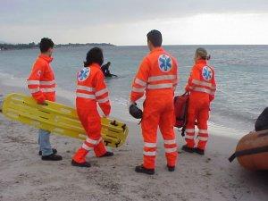 60enne rischia di perdere gli arti inferiori dopo un tuffo a mare
