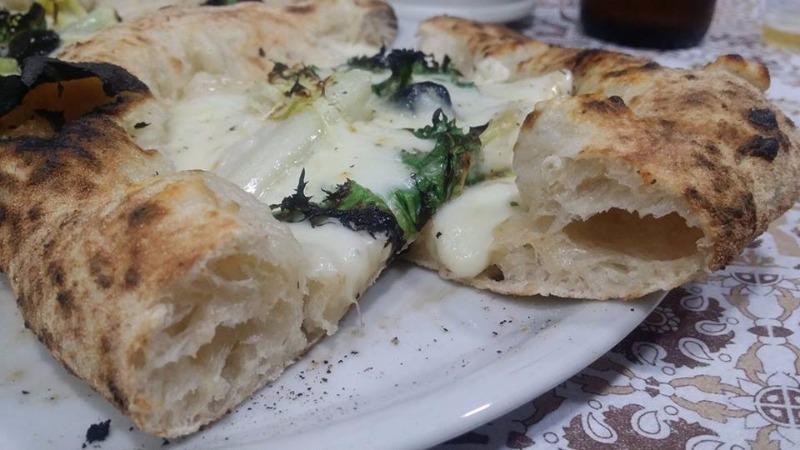 Scarola riccia,fior di latte dell'antica latteria di Tramonti, olive nere ,origano e olio extravergine d'oliva all'aglio