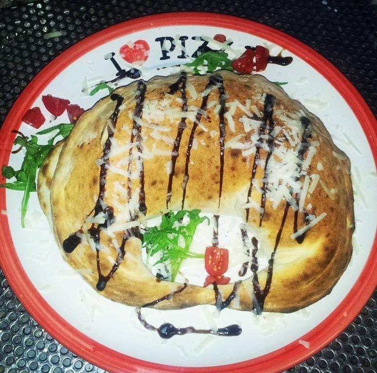 Cornetto di pizza con salsa balsamica