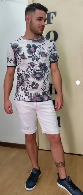 T-shirt euro 10,00 Bermuda  jeans euro 29,00 Scarpe euro 24,00.