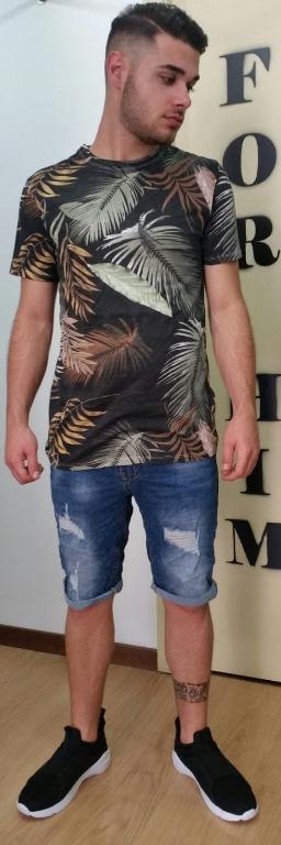 T-shirt floreale euro 10,00 Bermuda  jeans euro 15,00 Scarpe euro 20,00.